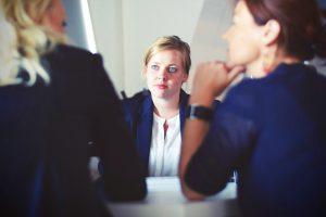 Rozmowa dwóch osób w obecności mediatora